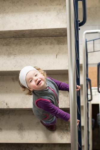 Gleich geschafft Treppenhaus Mensch feminin Kind Kleinkind Mädchen 1 1-3 Jahre Freundlichkeit braun grau violett weiß Fröhlichkeit aufgehen Treppengeländer