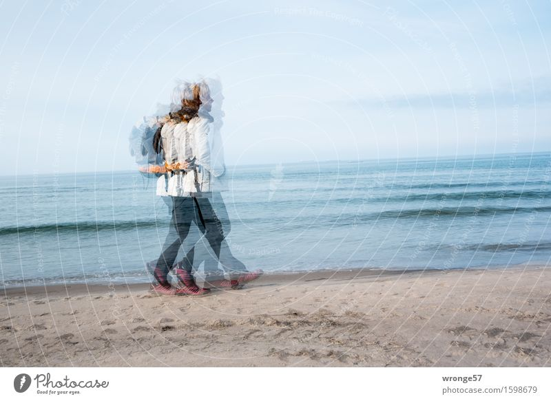 In Eile Mensch Frau Himmel blau Sommer weiß Meer Strand schwarz Erwachsene Frühling Herbst feminin Küste grau braun