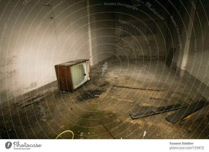 schon GEZahlt? weiß schwarz Farbe Farbstoff Eisenbahn KFZ Fernseher Fernsehen Müll verfallen U-Bahn Rennbahn Heizkörper Garage Bahn S-Bahn
