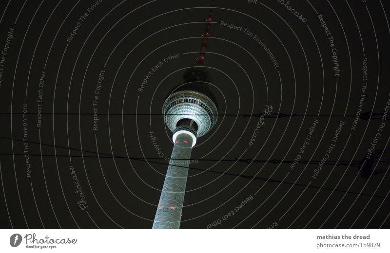 GROßER BRUDER Berliner Fernsehturm Alexanderplatz hoch Turm Kugel mystisch schön Nacht schwarz Kabel dunkel Beleuchtung Wahrzeichen Denkmal