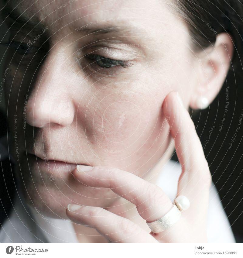 Perlen (beiläufig) Frau Erwachsene Leben Gesicht Hand 1 Mensch 30-45 Jahre Schmuck Ring Ohrringe Denken träumen hell Gefühle Stimmung Vorsicht seriös