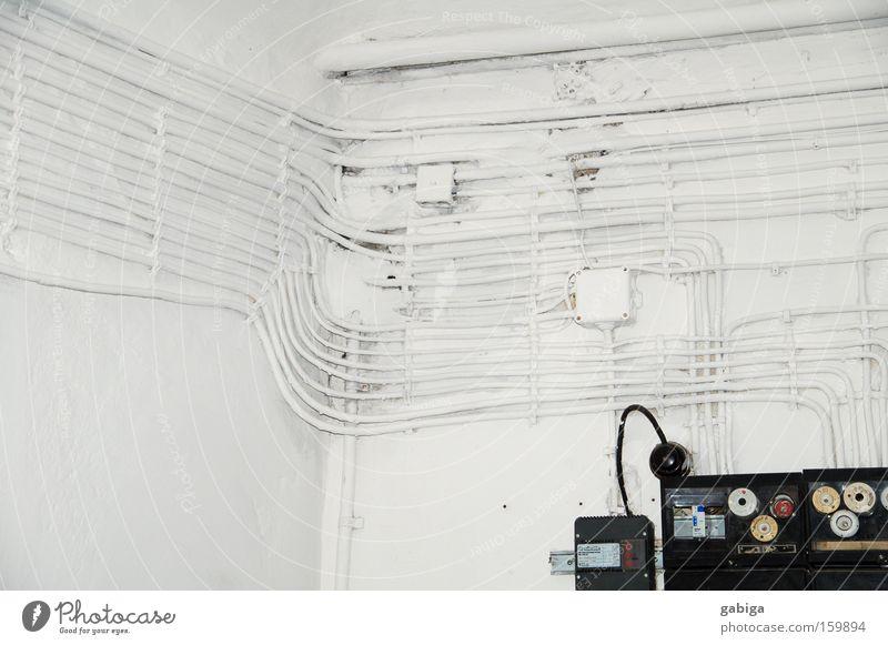 Versorgung Kabel führen kümmern weiß hell Elektrizität elektrisch Steckdose technisch alt Generator Makroaufnahme Innenaufnahme Detailaufnahme verfallen