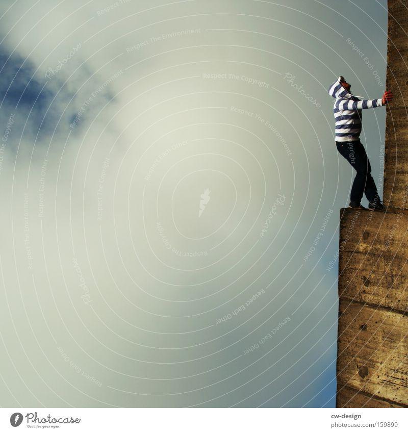 Streifenhörnchen Mensch Mann Jugendliche blau weiß Wolken Erwachsene Wand Mauer Junger Mann 18-30 Jahre Zufriedenheit Freizeit & Hobby elegant stehen Lifestyle