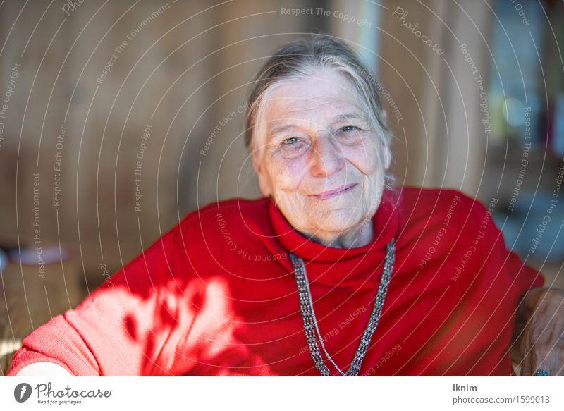 glückliche alte Frau Weiblicher Senior 1 Mensch 60 und älter authentisch Fröhlichkeit Gesundheit Glück Gefühle Zufriedenheit Lebensfreude selbstbewußt dankbar