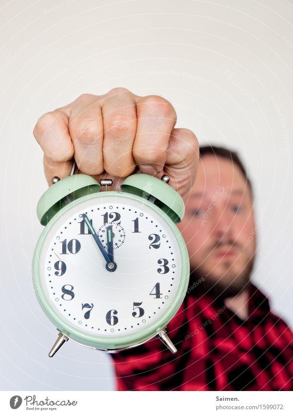 Es wird Zeit Mensch maskulin Mann Erwachsene Kopf Gesicht Hand 1 30-45 Jahre Wecker Uhrenzeiger aufstehen wecken Ziffern & Zahlen kariert Farbfoto Innenaufnahme