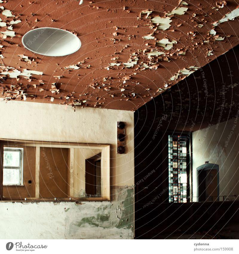Dreigeteilt Fenster Raum Örtlichkeit Verfall Leerstand Vergänglichkeit Zeit Leben Erinnerung Decke Zerstörung alt Militärgebäude Teilung Eingang verfallen