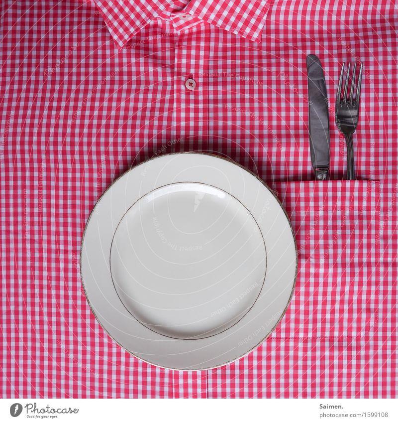 improvisatorische küche | Ernährung Geschirr Teller Besteck Messer Gabel Hemd kariert rot weiß Kragen Knöpfe Farbfoto Innenaufnahme Detailaufnahme Menschenleer