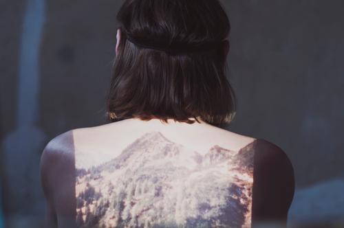 fernweh -|||- maskulin Kopf Rücken 1 Mensch 18-30 Jahre Jugendliche Erwachsene Mauer Wand Dia Dia-Projektor Bild träumen Sehnsucht Fernweh