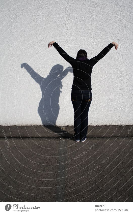 der Kranich Frau Freude Erwachsene Erholung Straße Bewegung Stil Beine Freizeit & Hobby stehen Coolness Körperhaltung Fitness Konzentration Lebensfreude Yoga