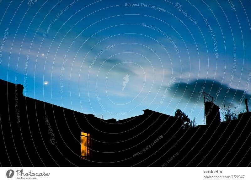 Hinterhof mit Venus und Mond Abend Stern Planet Astronomie Astrologie Haus Dach Nacht Dämmerung Licht Wolken Halbmond Sichelmond Himmel Berlin Sternenhimmel