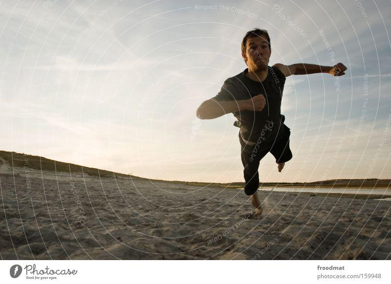 jetzt musst du springen Mann Jugendliche Sonne Freude Spielen Sand Wärme springen Coolness Ball sportlich Spannung Sportveranstaltung Barfuß Konkurrenz Volleyball