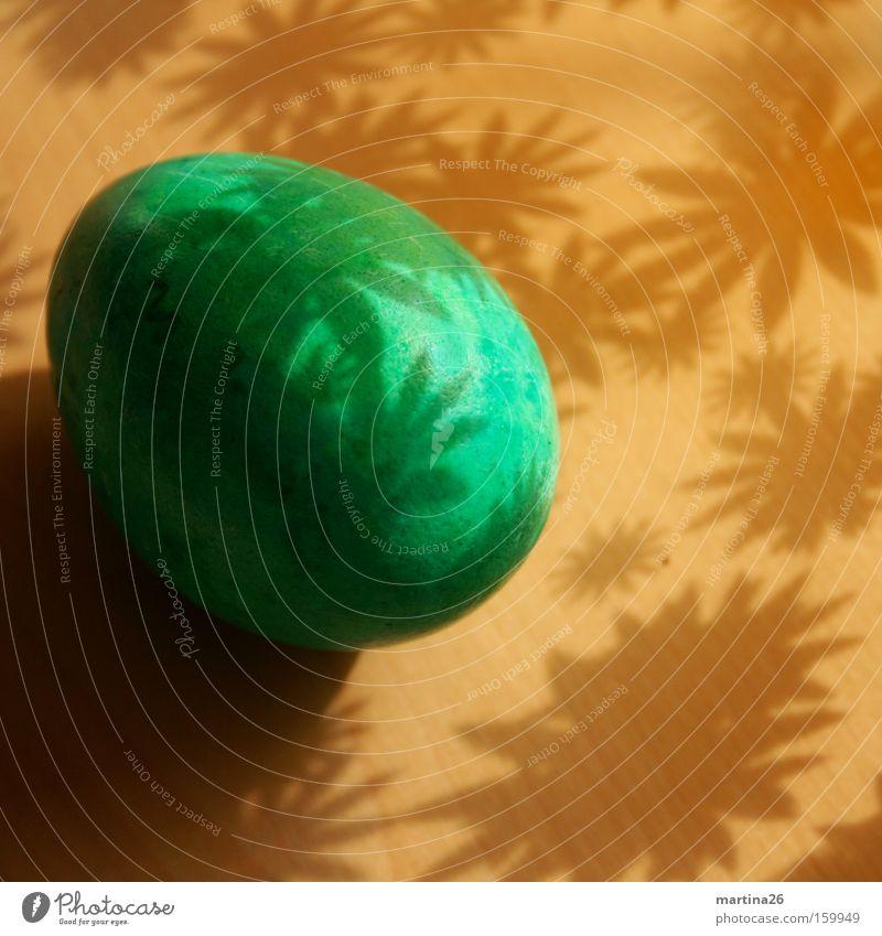 Osterei Farbfoto Innenaufnahme Nahaufnahme Muster Menschenleer Schatten Lebensmittel Ostern Frühling Blume Blüte Holz Freundlichkeit Kitsch braun grün