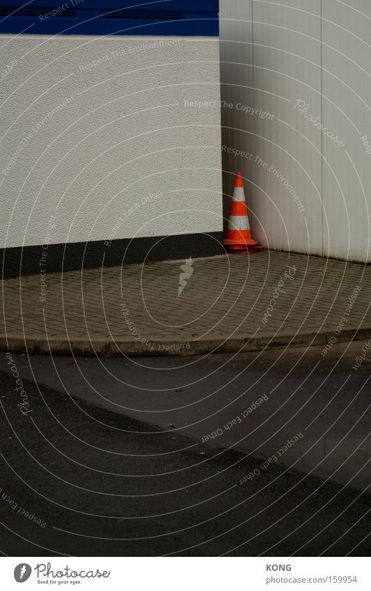 schäm dich Einsamkeit Lampe außergewöhnlich Grenze verstecken Verkehrswege verloren Scham Versteck Straßennamenschild typisch Verkehrsleitkegel Ausgrenzung Begrenzung kegelförmig Isoliert (Position)
