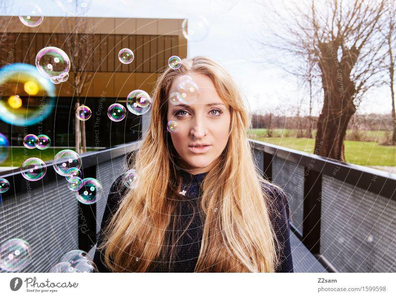 Tagtraum Lifestyle elegant Stil feminin Junge Frau Jugendliche 30-45 Jahre Erwachsene Stadt Mode Pullover blond langhaarig Lächeln träumen Coolness frisch