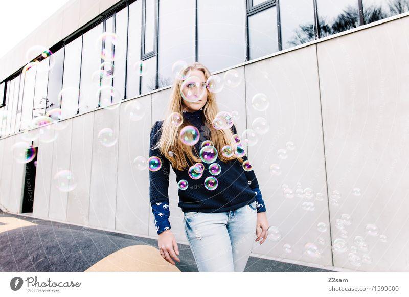 Daydream Lifestyle elegant Stil schön feminin Junge Frau Jugendliche 18-30 Jahre Erwachsene Stadtzentrum Mode Jeanshose Pullover blond langhaarig träumen trendy