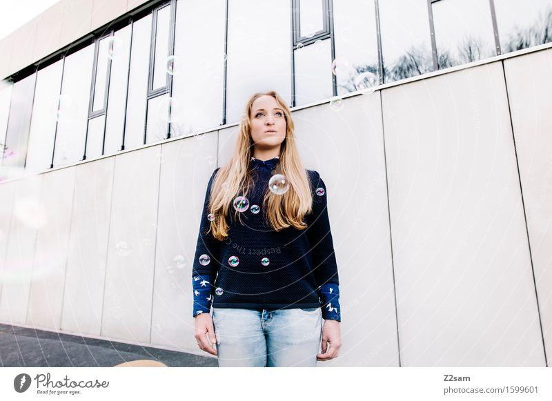 Spring 2016 kaufen elegant Stil feminin Junge Frau Jugendliche 18-30 Jahre Erwachsene Stadt Hauptstadt Haus Architektur Mode Jeanshose Pullover Bluse blond
