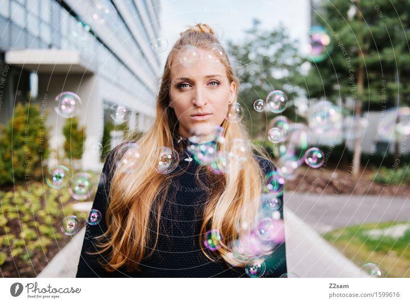 Träumerin Lifestyle elegant Stil schön feminin Junge Frau Jugendliche 18-30 Jahre Erwachsene Sonne Frühling Schönes Wetter Stadtzentrum Haus Mode Pullover blond