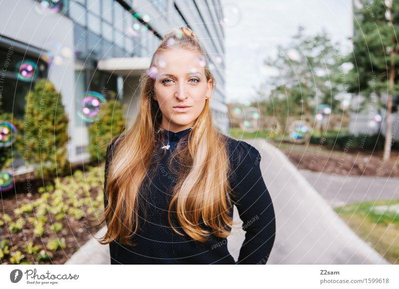 Dreamer Lifestyle elegant Stil feminin Junge Frau Jugendliche 18-30 Jahre Erwachsene Natur Schönes Wetter Baum Stadt Haus Mode Pullover blond langhaarig Lächeln