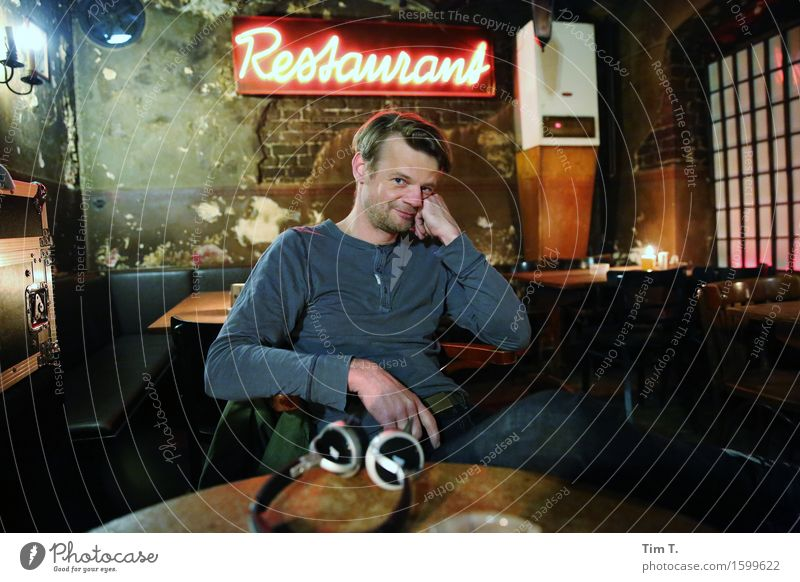 Restaurant Mensch maskulin Mann Erwachsene 1 45-60 Jahre Freizeit & Hobby Kneipe Berlin Altstadt Farbfoto Innenaufnahme Porträt Blick