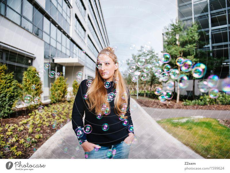 Dreamer Lifestyle elegant Stil schön feminin Junge Frau Jugendliche 18-30 Jahre Erwachsene Stadt Mode Jeanshose Pullover blond langhaarig träumen Coolness