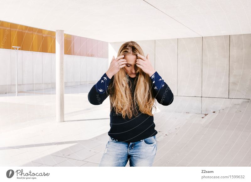 In between Jugendliche schön Junge Frau ruhig 18-30 Jahre Erwachsene Architektur Traurigkeit natürlich feminin Stil Lifestyle Mode Haare & Frisuren träumen elegant