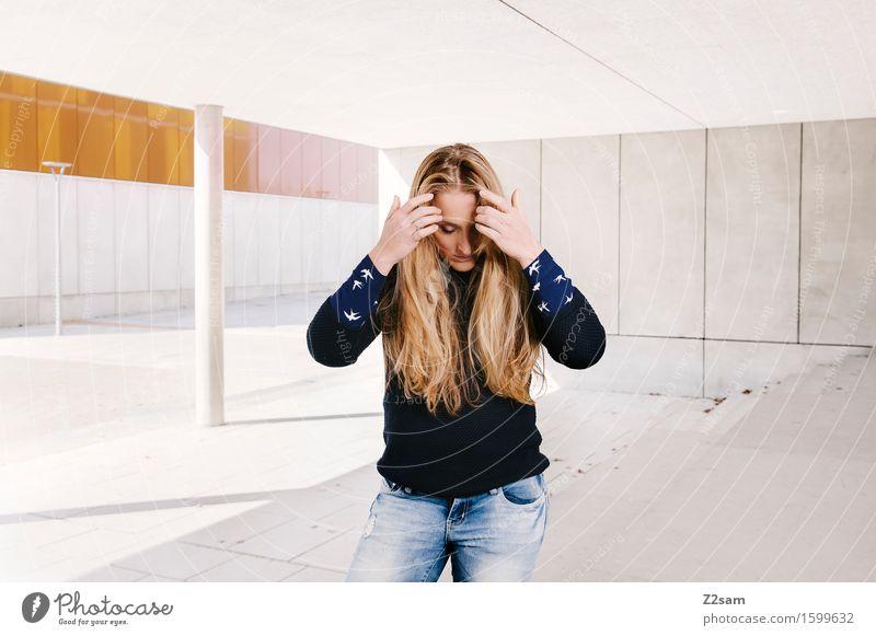 In between Lifestyle elegant Stil feminin Junge Frau Jugendliche 18-30 Jahre Erwachsene Stadtzentrum Architektur Mode Jeanshose Pullover Haare & Frisuren blond