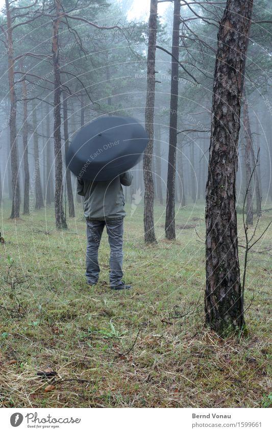 drehung Mensch 1 Jacke braun grau grün Schirm Regenschirm Drehung stehen Blick warten Spielen Langeweile Farbfoto Außenaufnahme Textfreiraum unten Tag