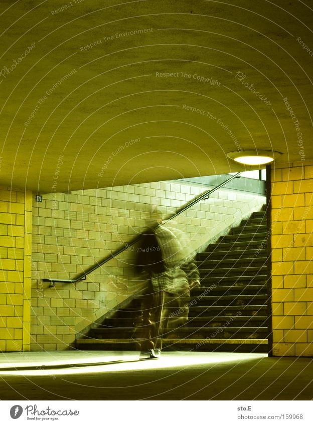 eilig Tunnel Treppe Geländer Treppengeländer Brückengeländer Licht Beleuchtung Mosaik Bewegung Spree Bahnhof Architektur Stress Eile Verkehrswege stadtbahn