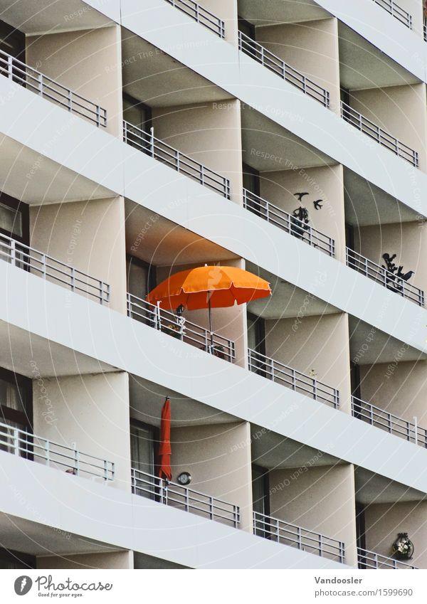 Sonnenschirm Ferien & Urlaub & Reisen Stadt Erholung Einsamkeit Haus Architektur außergewöhnlich Fassade Wohnung orange trist Hochhaus Perspektive einzigartig