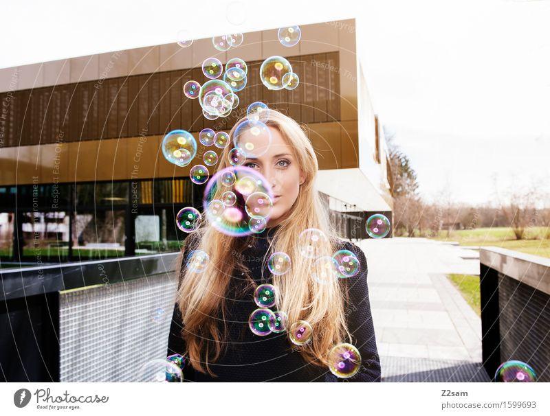 Traumtänzerin Lifestyle elegant Stil feminin Junge Frau Jugendliche 18-30 Jahre Erwachsene Stadtzentrum Architektur Mode Pullover brünett langhaarig träumen