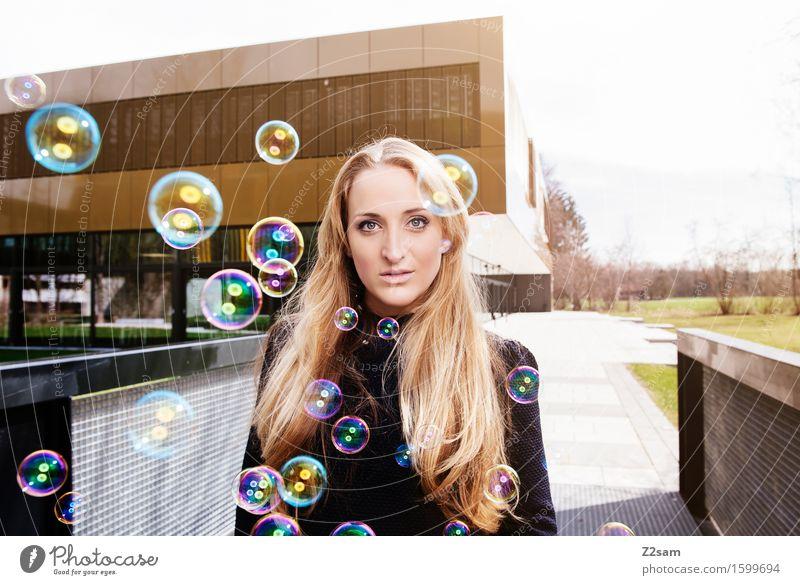 Bubble Bubble Lifestyle elegant Stil Junge Frau Jugendliche 18-30 Jahre Erwachsene Stadt Architektur Mode Sonnenbrille blond langhaarig Lächeln lachen stehen