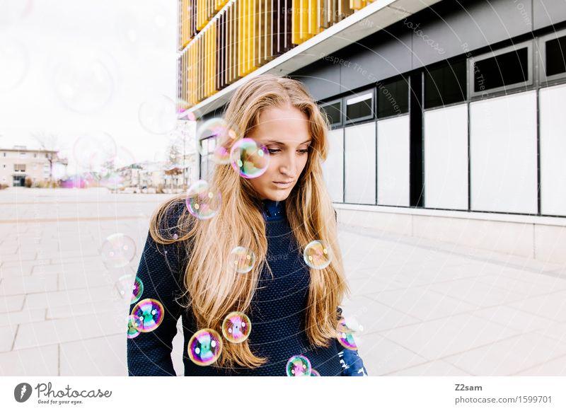 Sad Lifestyle elegant Stil schön feminin Junge Frau Jugendliche 18-30 Jahre Erwachsene Stadtzentrum Architektur Mode Pullover blond langhaarig Denken träumen
