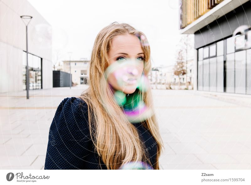 In Dream Lifestyle elegant Stil schön feminin Junge Frau Jugendliche 18-30 Jahre Erwachsene Stadtzentrum Architektur Pullover blond langhaarig stehen träumen