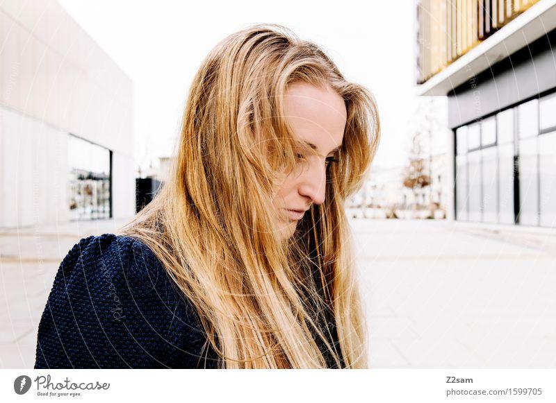 Sad Lifestyle elegant Stil feminin Junge Frau Jugendliche 18-30 Jahre Erwachsene Stadt Mode Pullover blond langhaarig träumen Traurigkeit trendy schön Trauer