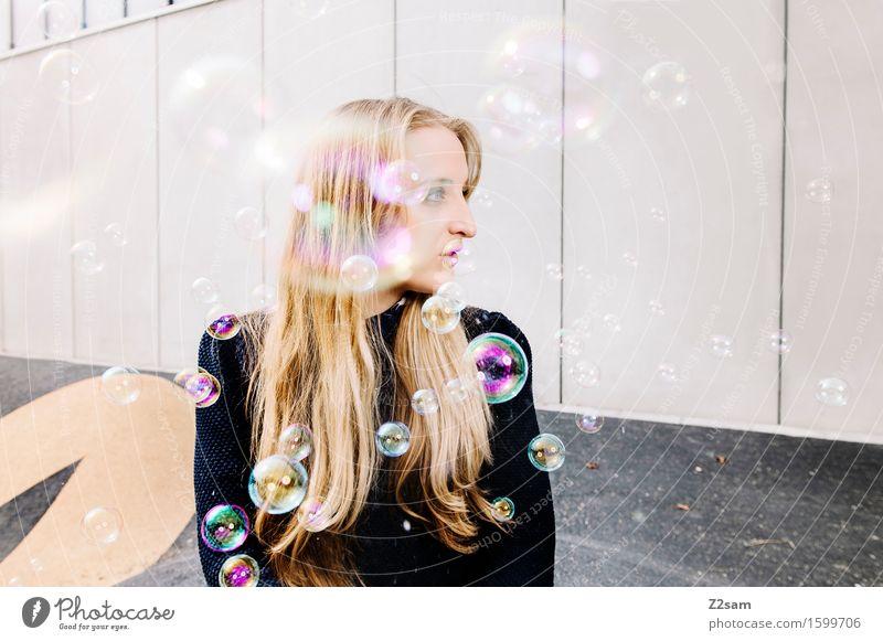 Träumerin Lifestyle elegant Stil feminin Junge Frau Jugendliche 18-30 Jahre Erwachsene Stadt Mode Pullover blond langhaarig Denken träumen trendy schön Coolness