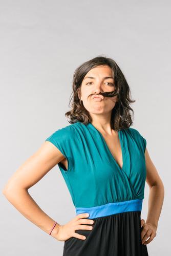 Frau mit Schnurrbart Mensch Jugendliche Junge Frau Freude 18-30 Jahre Erwachsene lustig feminin Glück Stimmung Erfolg verrückt Perspektive einzigartig Kleid