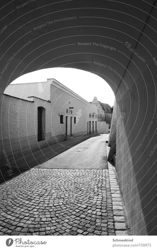 Altstadt Stadt Wohnung Straße Toilette Kopfsteinpflaster Wand Licht Schatten Schwarzweißfoto Wege & Pfade Sonne Gebäude Tunnel Tor Verkehrswege historisch