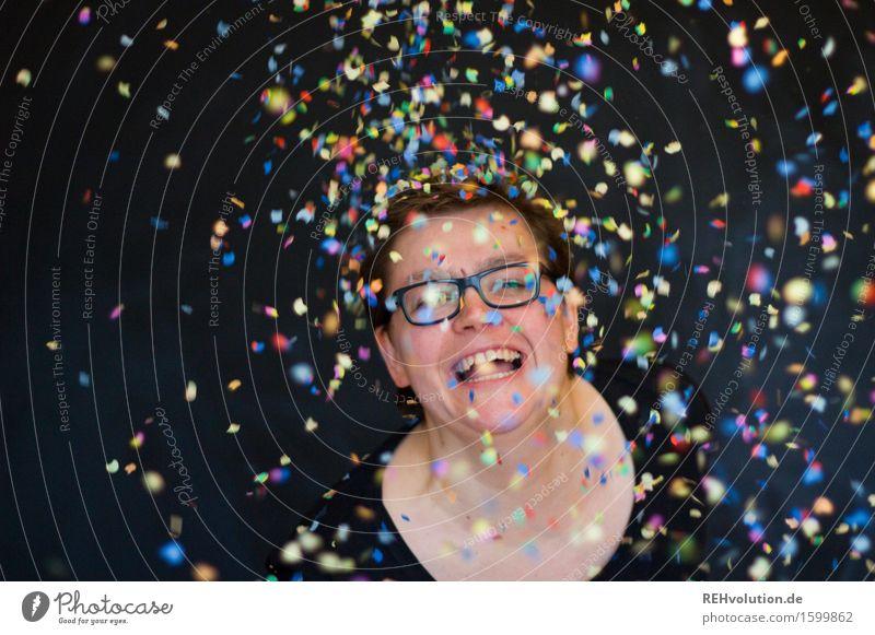 400 | mit Party und Konfetti Mensch feminin Junge Frau Jugendliche 1 30-45 Jahre Erwachsene Brille fliegen Lächeln lachen frei Fröhlichkeit Glück lustig