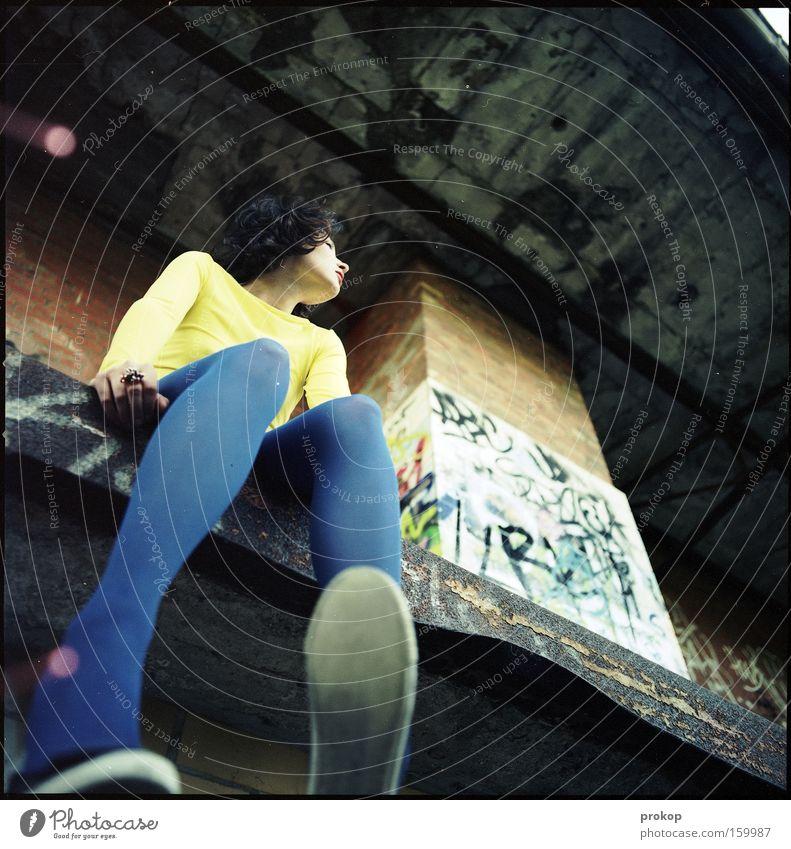 Bein mit Punkten Frau schön Haus Graffiti Beine Schuhe Froschperspektive sitzen groß verrückt Frieden verfallen stark Ruine Strumpfhose Mensch