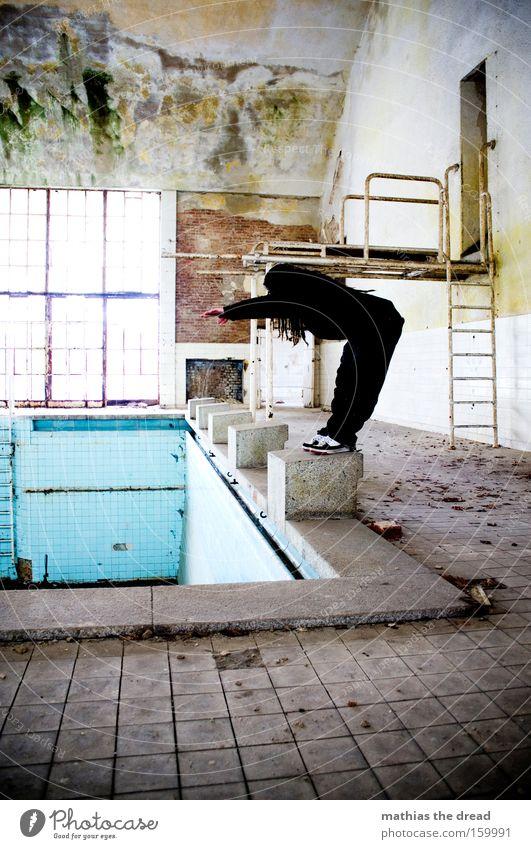 FLACHKÖPPER MACHT LAUNE Schwimmhalle alt Schwimmbad leer trist Körperhaltung Sportler sportlich Mensch Mann maskulin Rastalocken verfallen Bad Wasser