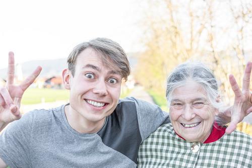 glückliche Seniorin mit Enkel Mensch Frau Jugendliche Junger Mann Freude Leben Gefühle Familie & Verwandtschaft lachen Glück Zusammensein Freundschaft