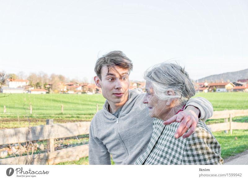 junger Mann und alte Frau gehen Spazieren Seniorenpflege Azubi Gesundheitswesen sprechen Junger Mann Jugendliche Weiblicher Senior Großmutter