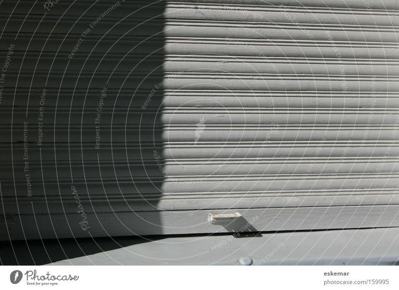 closed! Fenster Jalousie Rollo geschlossen weiß horizontal Haus Fassade gesperrt Detailaufnahme Trauer Verzweiflung Angst Panik Rollade nicht kein