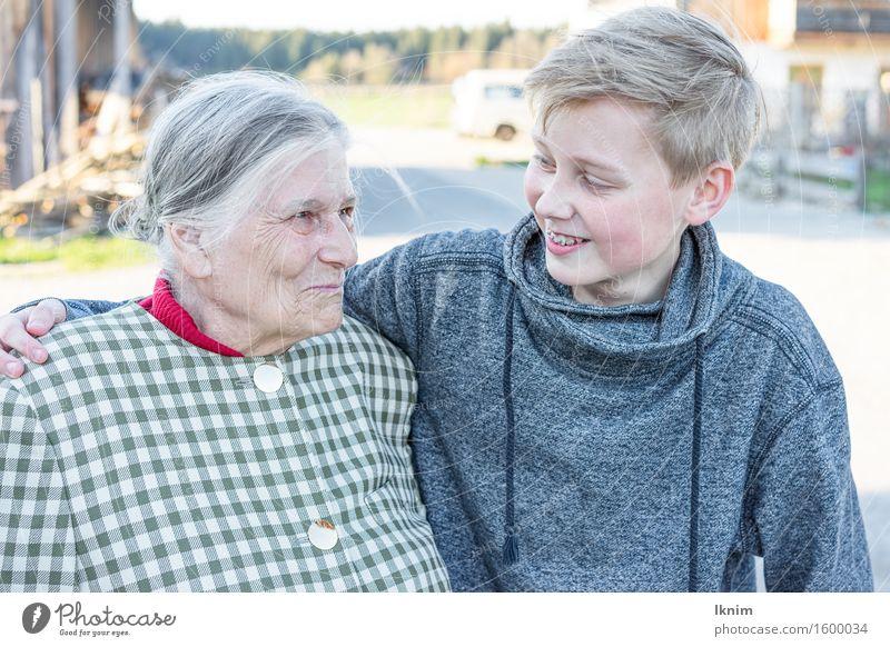 glückliche Großmutter mit Enkel Mensch Frau Kind Freude Gefühle Senior Lifestyle Junge Familie & Verwandtschaft Glück Zusammensein Zufriedenheit Kindheit