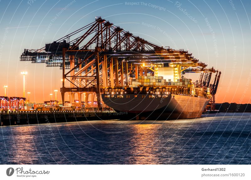Containerschiff in der Abenddämmerung im Hamburger Hafen Hafenstadt Sehenswürdigkeit Verkehrsmittel Güterverkehr & Logistik Schifffahrt Handel Präzision