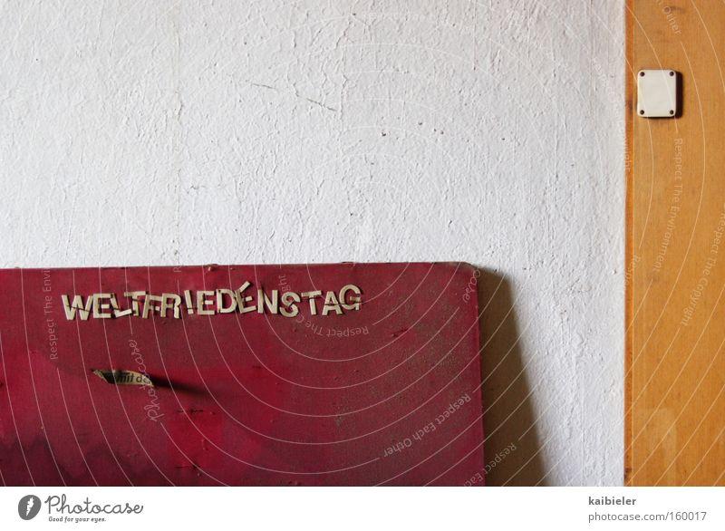 Ein bisschen Frieden Wand Traurigkeit Mauer Schilder & Markierungen leer trist Schriftzeichen Dekoration & Verzierung Vergänglichkeit Werbung Medien verfallen