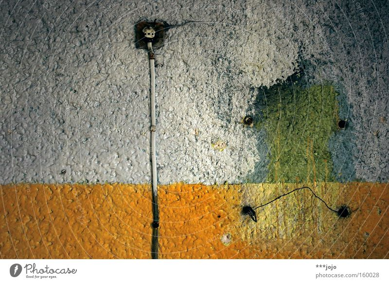 trauriges nilpferd... [weimar 09] Flußpferd Wüste Elektrizität Wand verfallen alt kaputt Farbe Farbstoff Schimmelpilze schäbig Kabel Steckdose Baumarkt Trauer