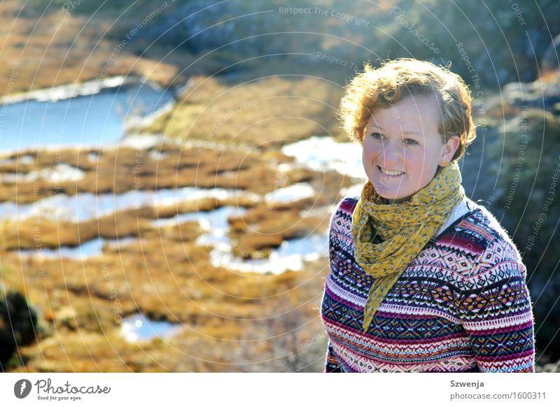 Im Schein Mensch Frau Natur Jugendliche Sommer Junge Frau Landschaft 18-30 Jahre Berge u. Gebirge Erwachsene Umwelt Herbst feminin Gras Glück Tourismus