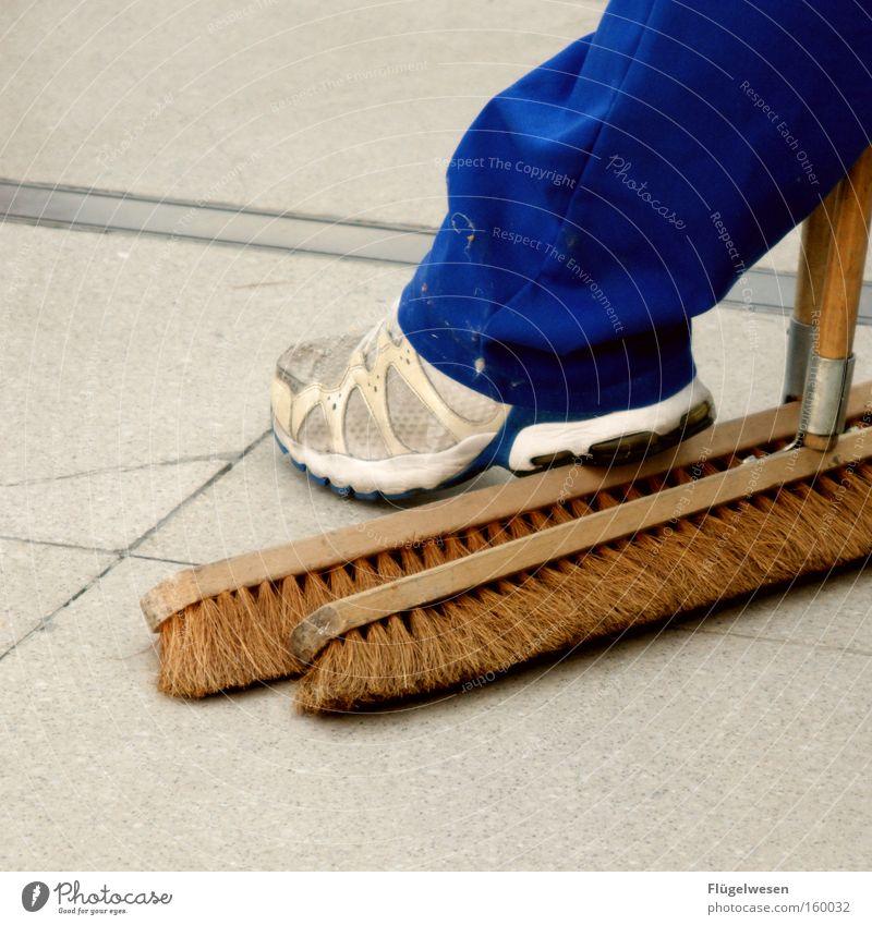 Zwei Besen kehren besser als einer Arbeit & Erwerbstätigkeit dreckig Pause Reinigen Besen Kehren Arbeitspause Arbeitsanzug Latzhose Schwarzarbeit