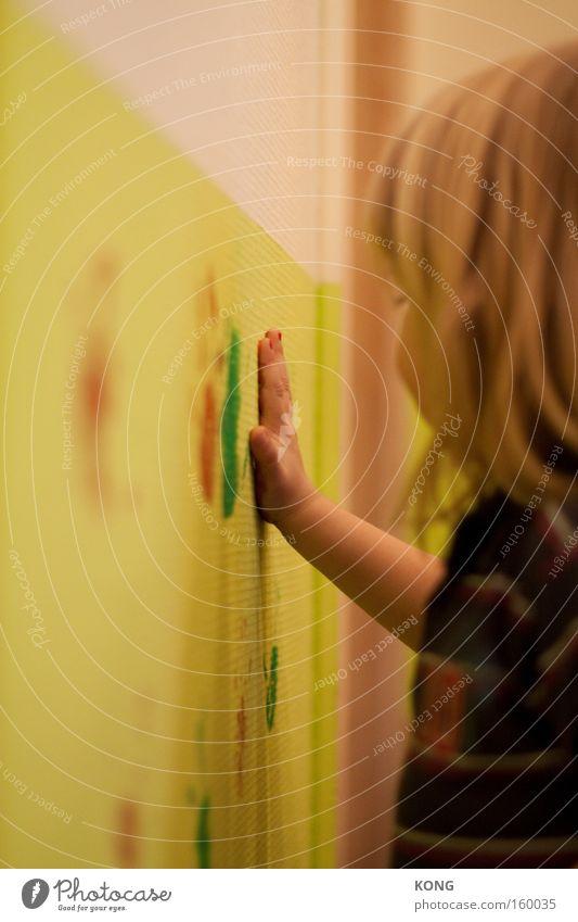 vandalismuslehrgang Kind Farbe Farbstoff Gemälde streichen Spuren klecksen Spielen Vandalismus Hand mehrfarbig tapezieren frei Freude Kleinkind Kommunizieren